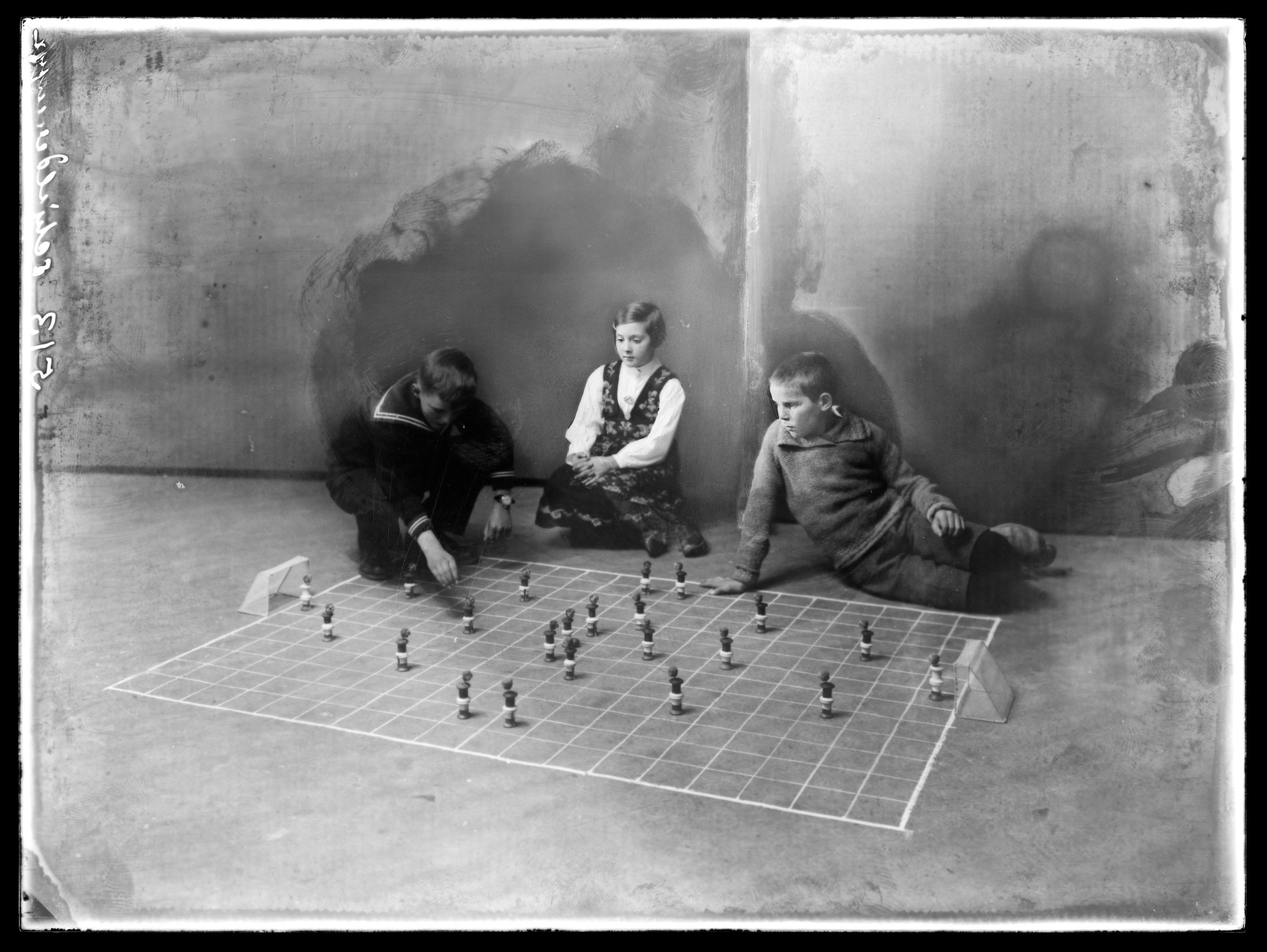 Fotballspill med to gutter og en jente.